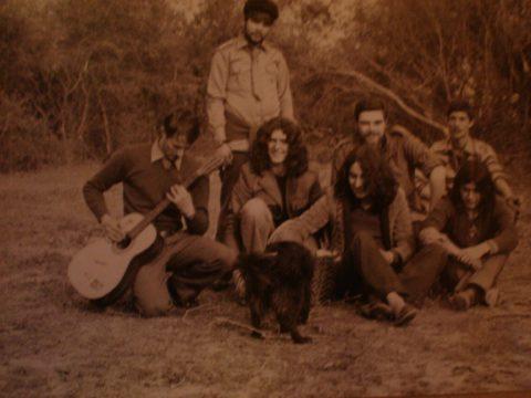 Franco insieme ad alcuni hippies nei boschi liguri